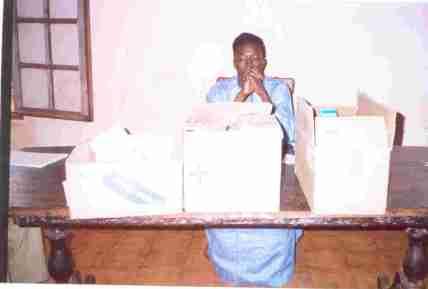 Le chef Bangoua avec les médicaments