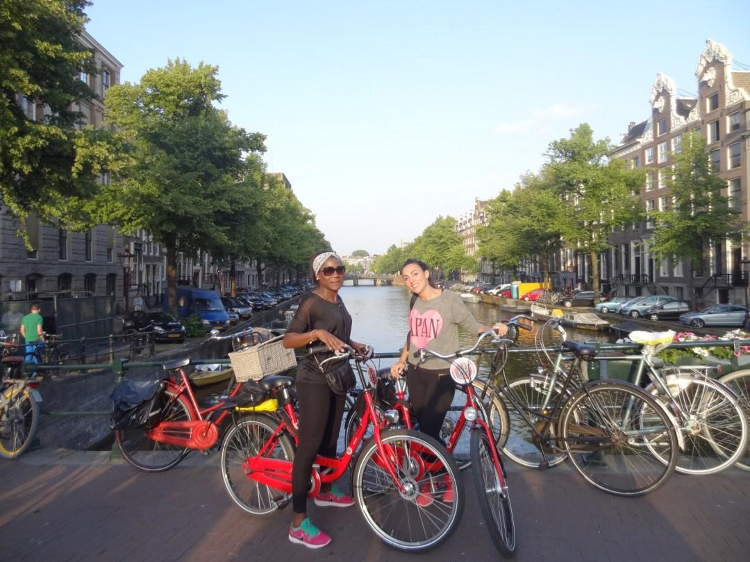 les-exploratrices-fanny-patricia-amsterdam-canaux-velo