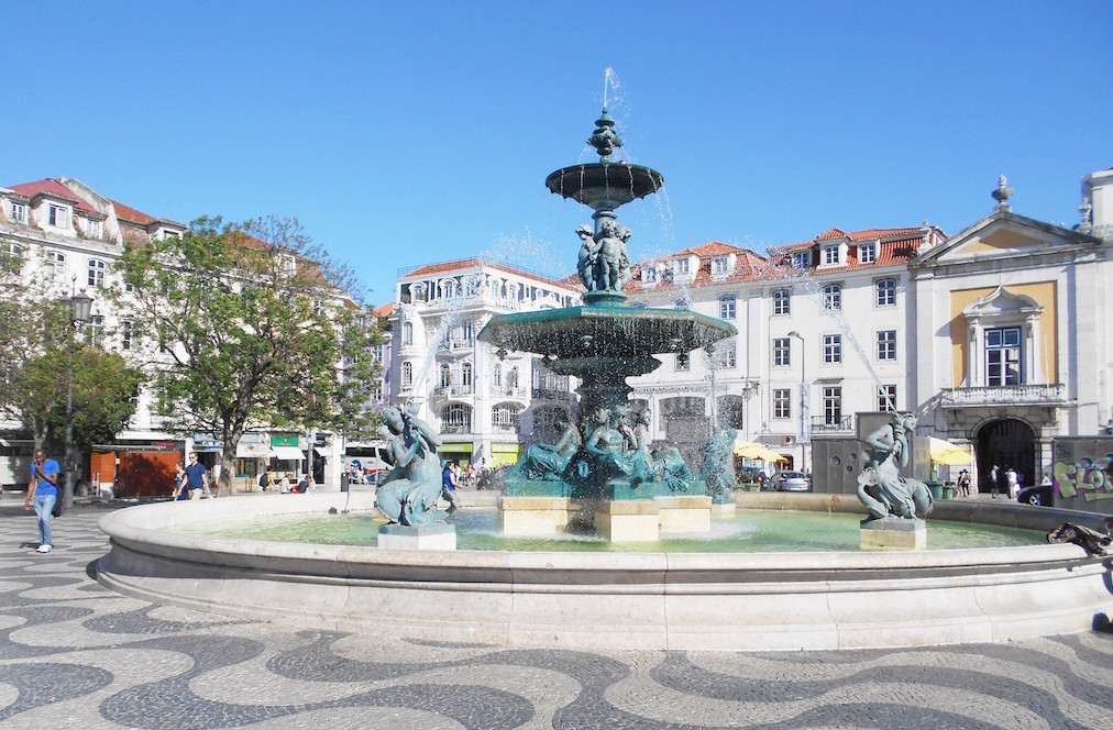 lisbonne-explorer-ville-fontaine-praca-do-rossio