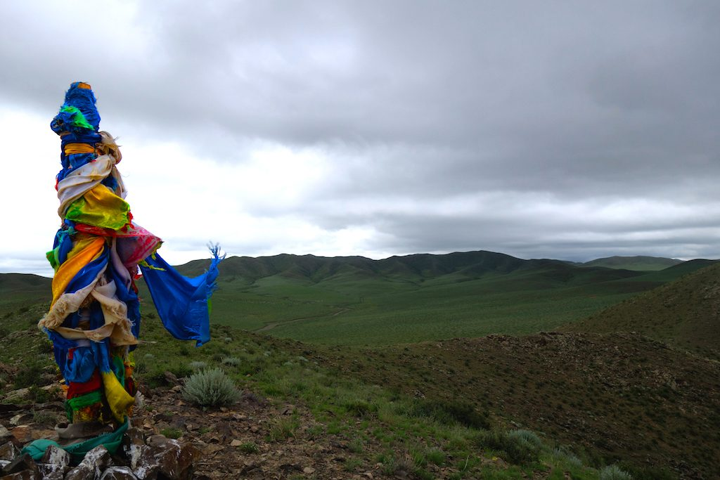 mongolie-famille-nomade-colline