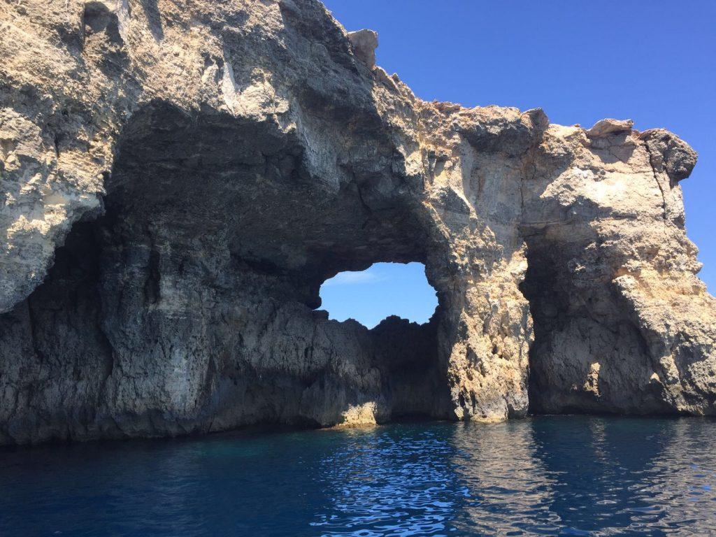 les-exploratrices-malte-grotte-bleue-eau