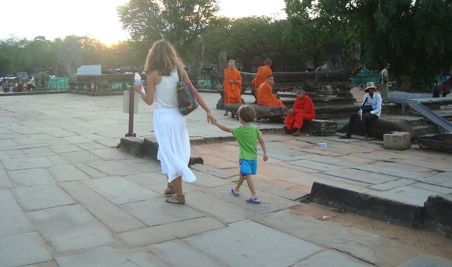 angkor-enfant-sunset-les-exploratrices-voyager-avec-un-enfant