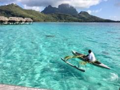 pirogue sur l'île de Bora Bora en Polynésie Française