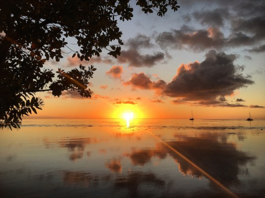 coucher de soleil à raiatea en polynésie française