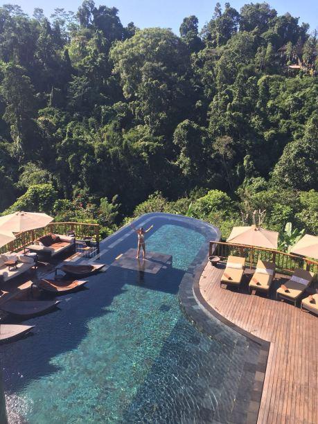 parmi les visites incontournables à bali il y a l'hôtel hanging gardens à ubud