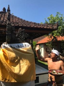 voyage-a-bali-klungkung-leo-offrandes