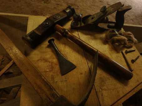 Les outils traditionnels du faiseur de bateaux