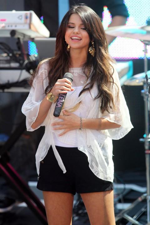 Selena Gomez aime bien toucher son ventre