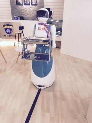 Ici c'est le robot qui vous sert le café !