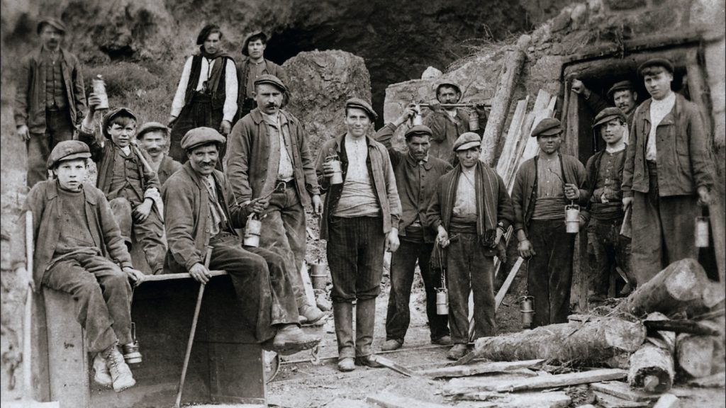 Mineurs d'Escaro, image d'archive du musée de la mine. Image du film Le Fond et le Jour, réalisé par Olivier Moulaï, atelier cinéma de territoire des Ciné-Rencontres de Prades