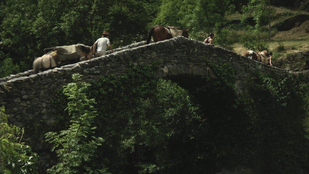 Caravane de chevaux et de mulets chargés du minerai de fer, franchissant la Lentilla à Baillestavy. Image du film Renaissance réalisé et produit par Olivier Moulaï, financement participatif touscoprod