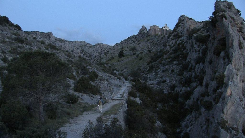 Sur le chemin de croix de l'ermitage de Cases-de-Pêne. Image du film Un phare dans la ville, produit par le festival du carillon de Perpignan, réalisé par Olivier Moulaï.