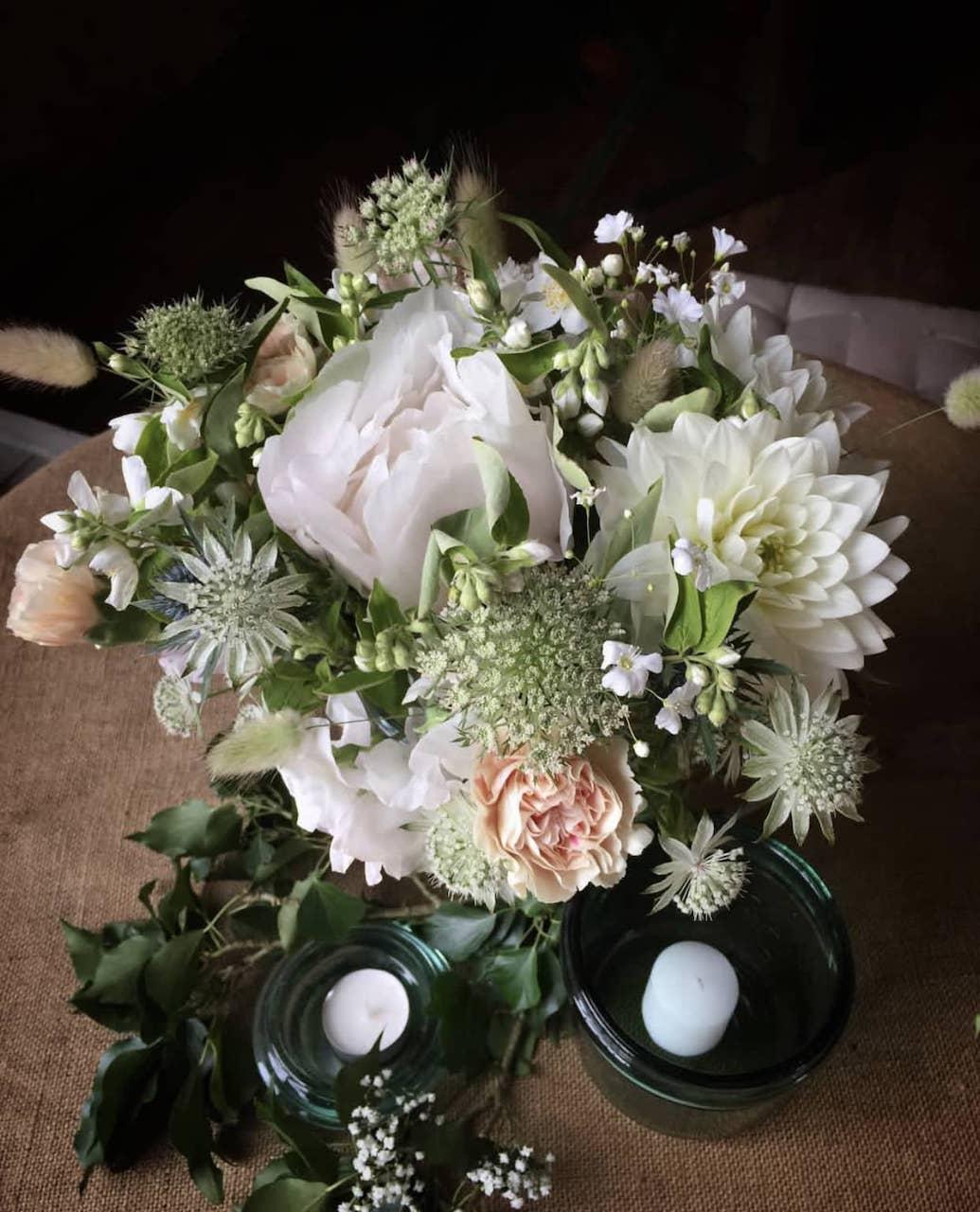 lieu-reception-champetre-pastel-bouquet-table-mariage