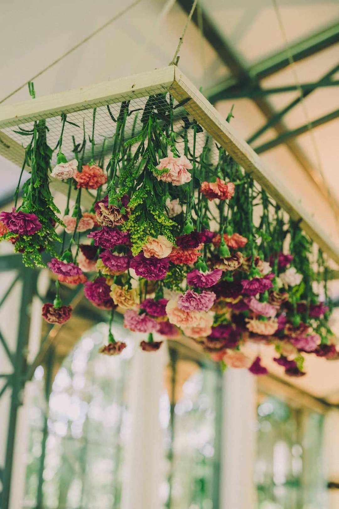 lieu-reception-suspension-florale-colore-mariage