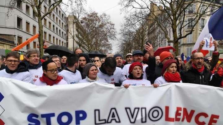 """Marche des libertés : des milliers de """"foulards rouges"""" ont défilé à Paris ce dimanche"""