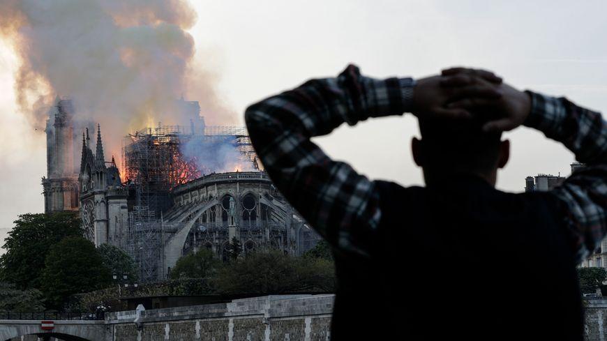 Suivez l'édition spéciale de BFM – Notre Dame de Paris brule
