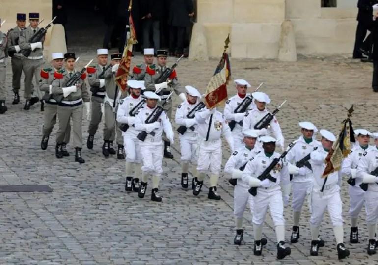 Hommage aux Invalides pour les 13 militaires morts au Mali - la vidéo avec Le Figaro