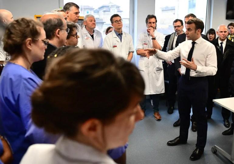 """""""Je ne mettrai pas plus d'argent pour que le système fonctionne pareil"""" - Emmanuel Macron lors de sa visite dans un hôpital parisien"""