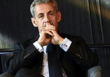 L'ex-chef de l'État, couvert par son immunité présidentielle dans cette affaire, avait indiqué dans une lettre qu'il n'avait pas l'intention de venir témoigner. Le tribunal judiciaire de Paris a ordonné ce mardi son audition, comme témoin. Ce sera la troisième fois en moins d'un an que Nicolas Sarkozy est entendu à la barre, dans la même salle du tribunal judiciaire de Paris. Après l'affaire des écoutes et le procès Bygmalion, l'ancien président de la République est convoqué le 2 novembre prochain par la justice,dans le procès des sondages de l'Élysée, qui se tient depuis ce lundi au tribunal.