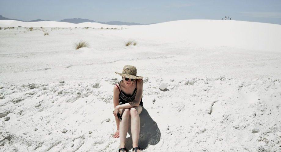 Moi, assise dans le sable du désert de White Sands Dune.