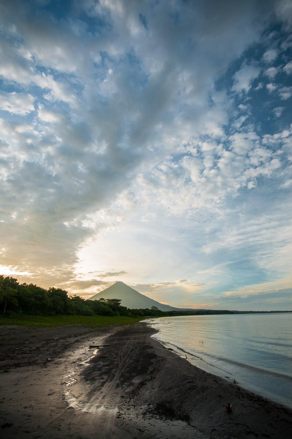 Plage noire de Santo Domingo avec vue sur le volcan Maderas ometepe