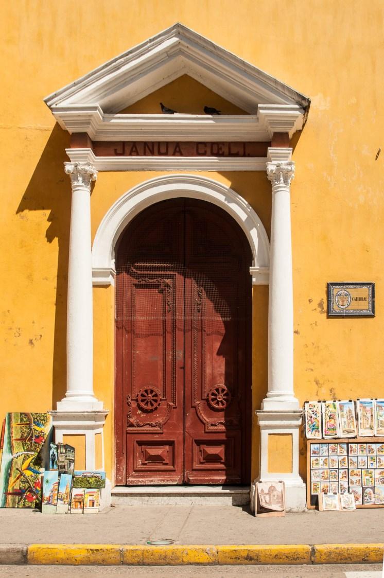 Porte de la cathédrale et vente de peintures