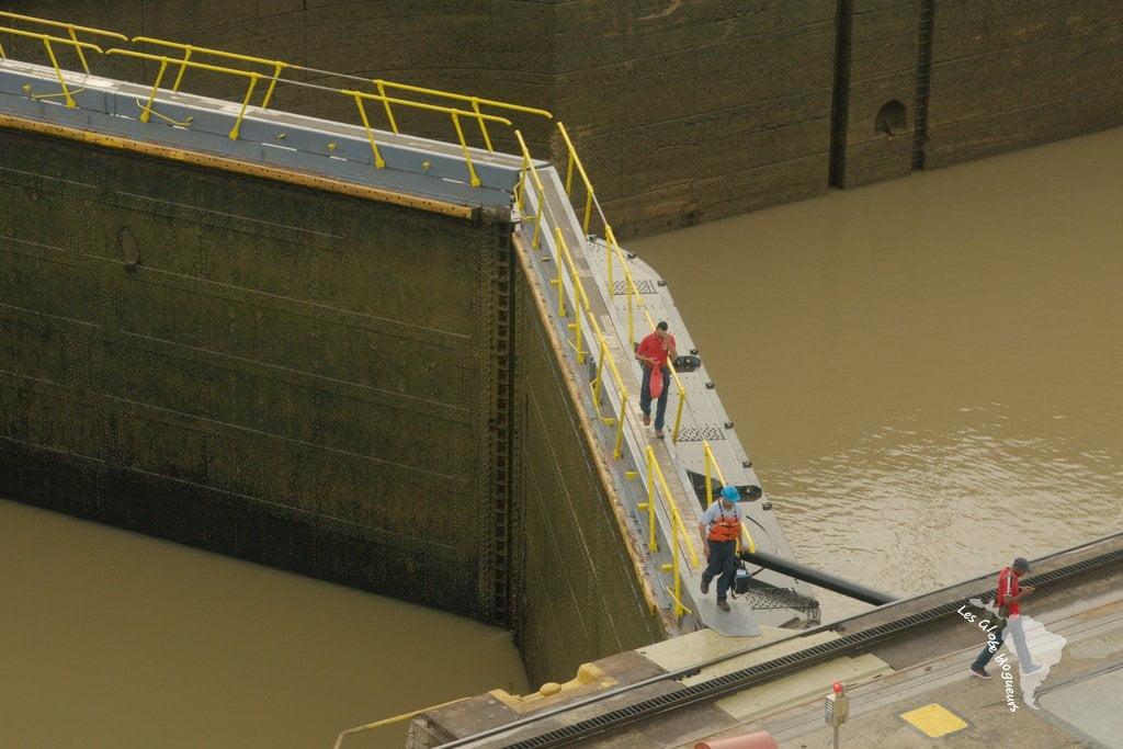 Une des écluses et le personnel du canal.