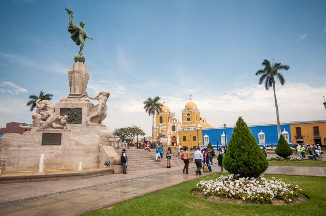 La plaza des Armas de Trujillo au Pérou