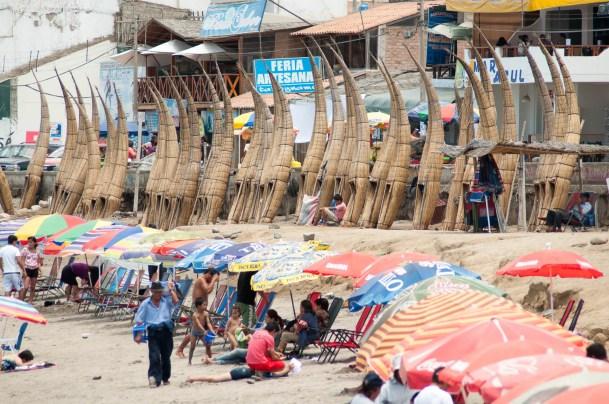 La plage bien fréquentée de Huanchaco