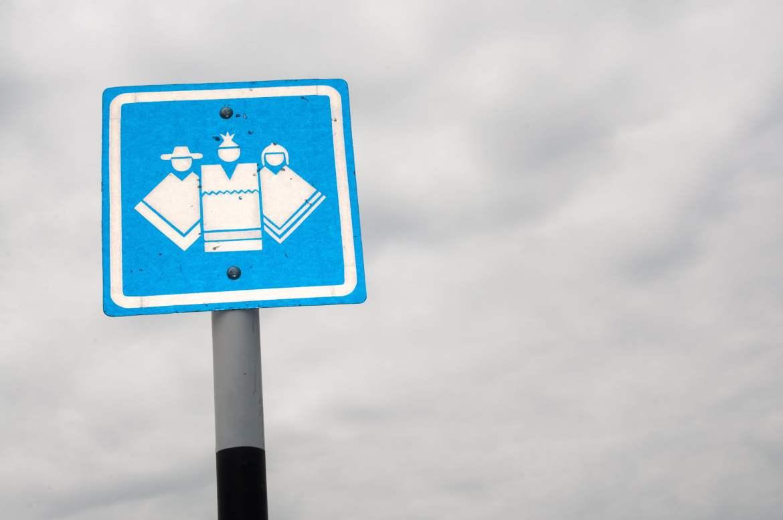 Que veut dire ce panneau ? Attention au gang des ponchos ?