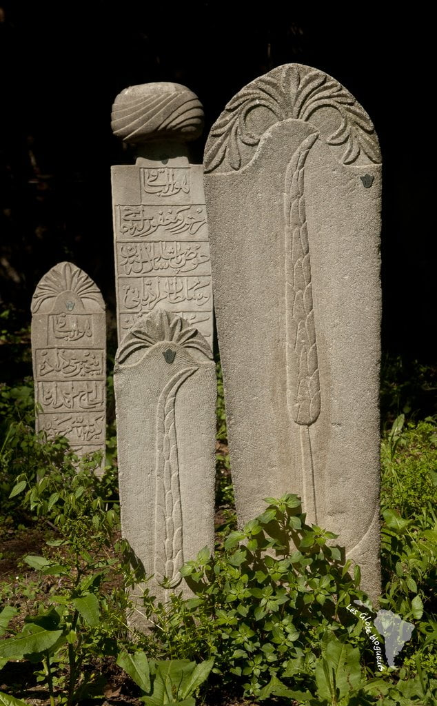 Stèles extérieures dans la nécropole du Muradiye, Bursa