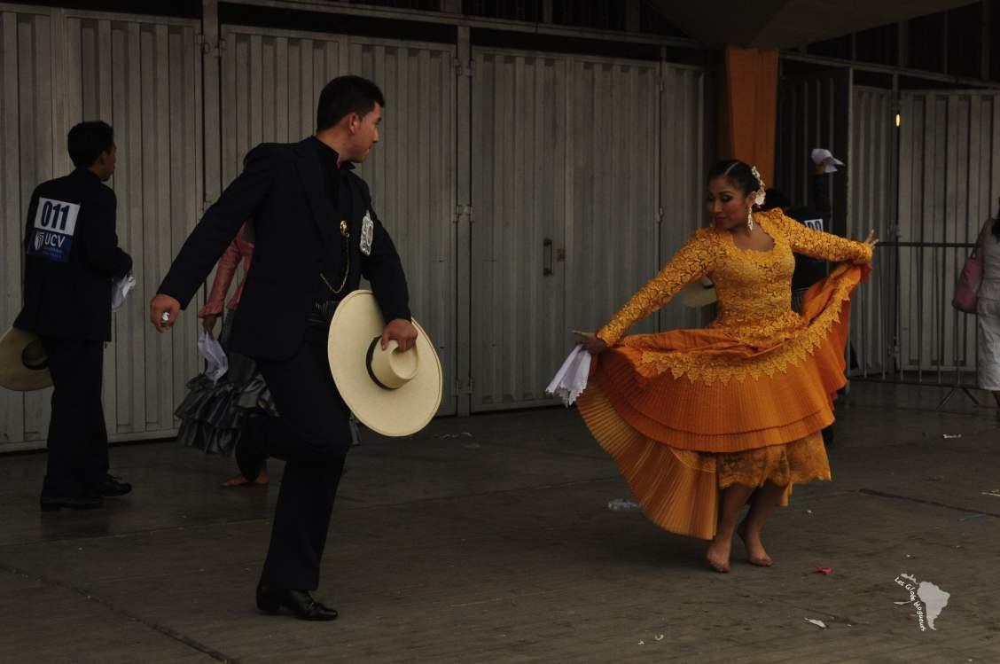 Un couple de danseurs s'entraine avant leur représentation. une occasion pour voir de plus près le chapeau de monsieur.