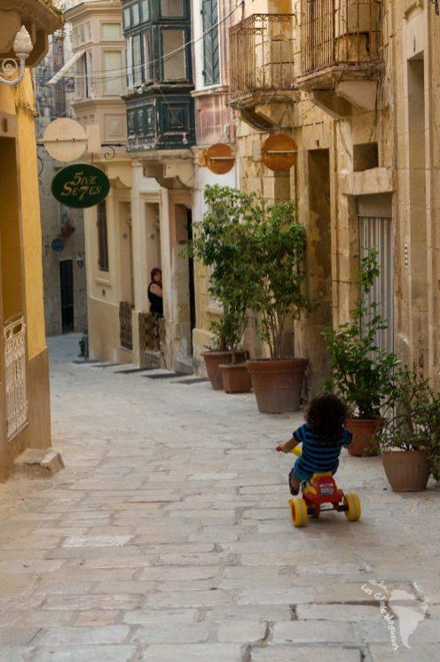enfant birgu ruelle vélo