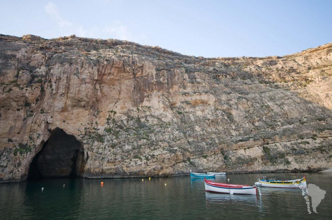 """La """"mer intérieure"""" qui est reliée par un tunnel à la mer et longe les falaises de Dwejra"""
