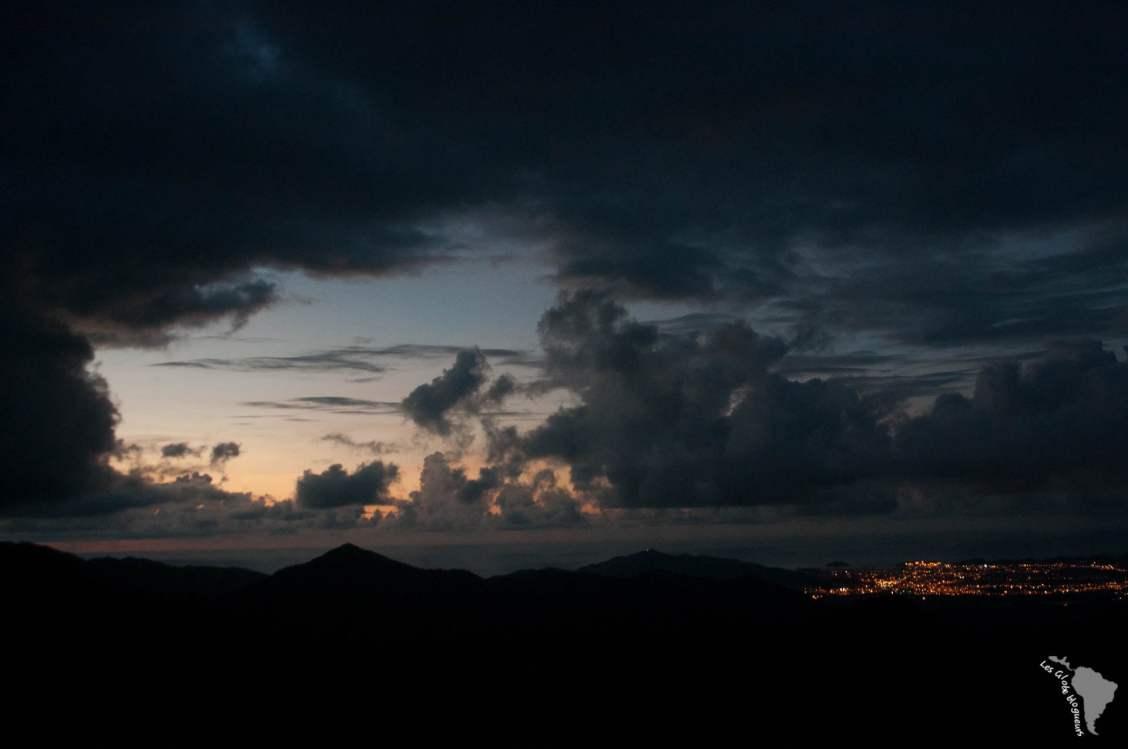 Les lumières de la ville remplace celle du soleil, au loin Santa Marta