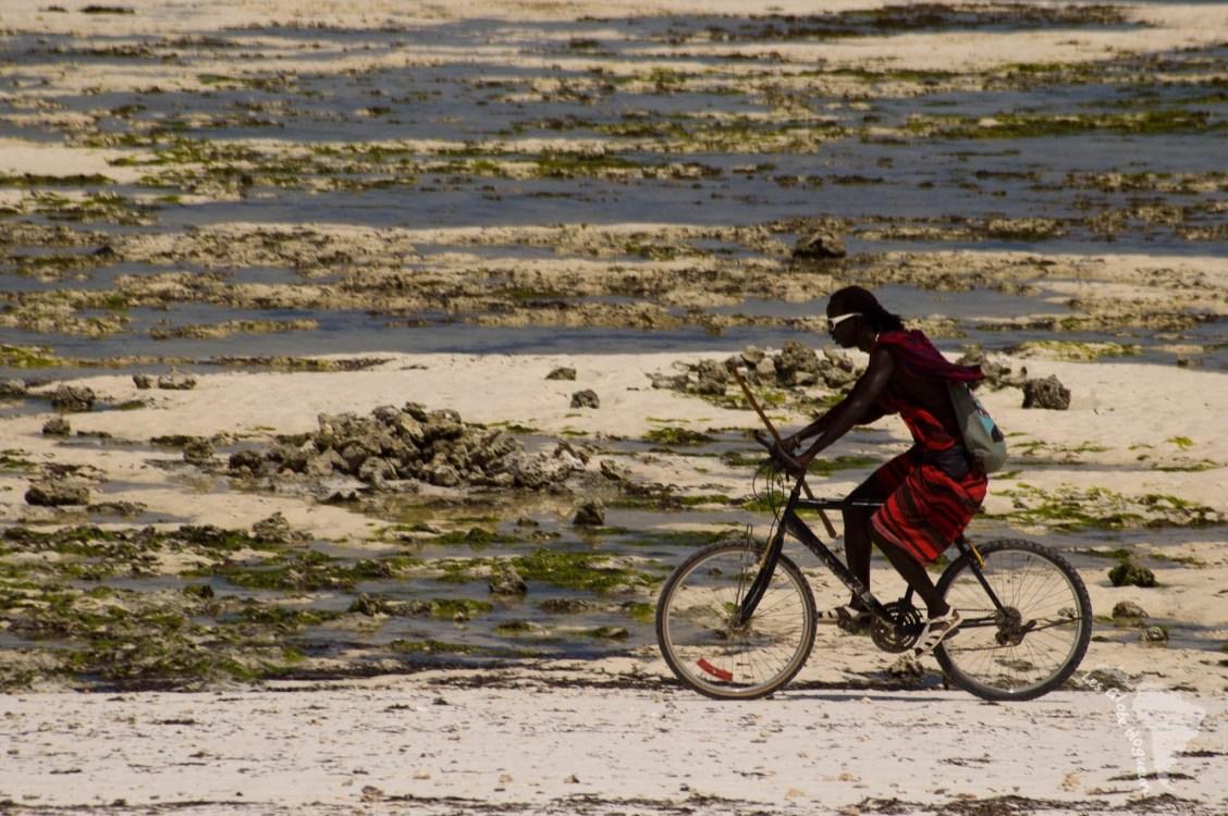Un masai sur la plage à Zanzibar... Plutôt incongru !