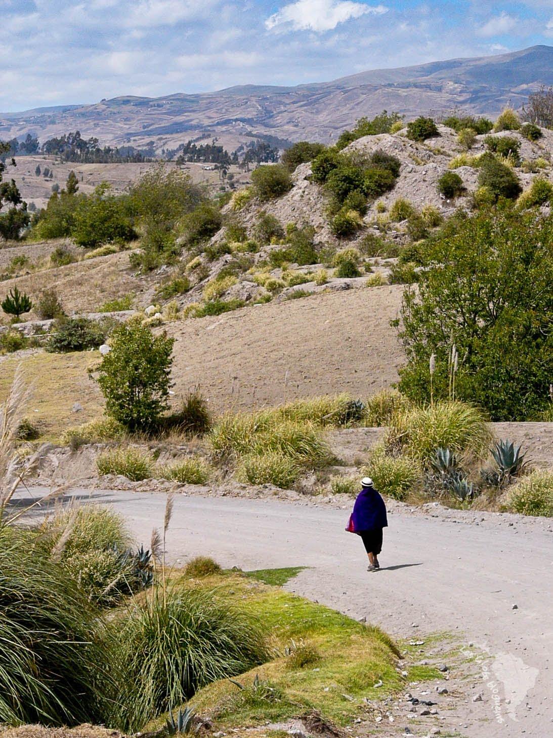 Une femme part aux champs