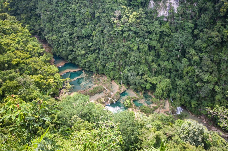 Découvrez Lanquin et ses environs Semuc Champey, des piscines naturelles turquoises au coeur de la forêt. Au programme des activités insolites : balançoire, tubbing canyoning... au Guatemala