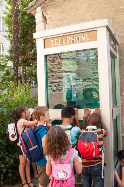 Cabine téléphonique qui intrigue les enfants