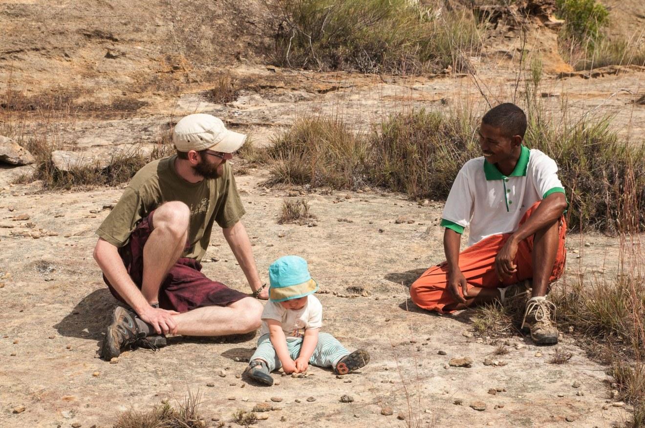 Discussion avec notre guide dans le Parc national du massif de l'Isalo à Madagascar.
