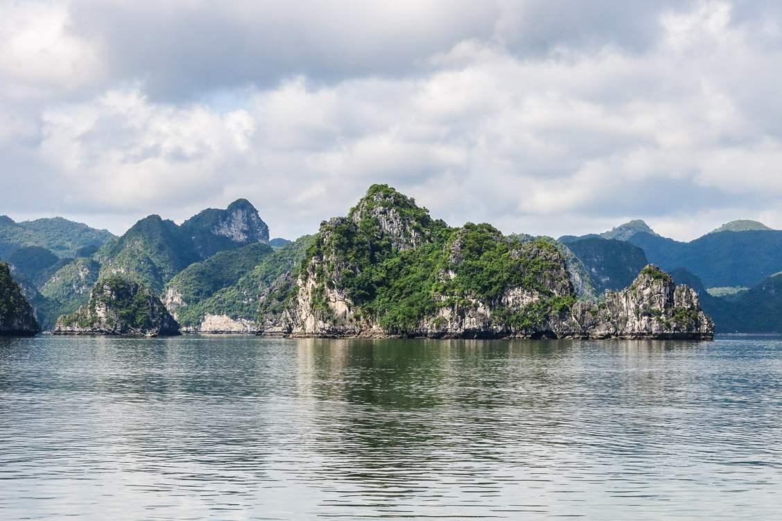 Baie d'halong au Vietnam et ses famauex pains de sucre
