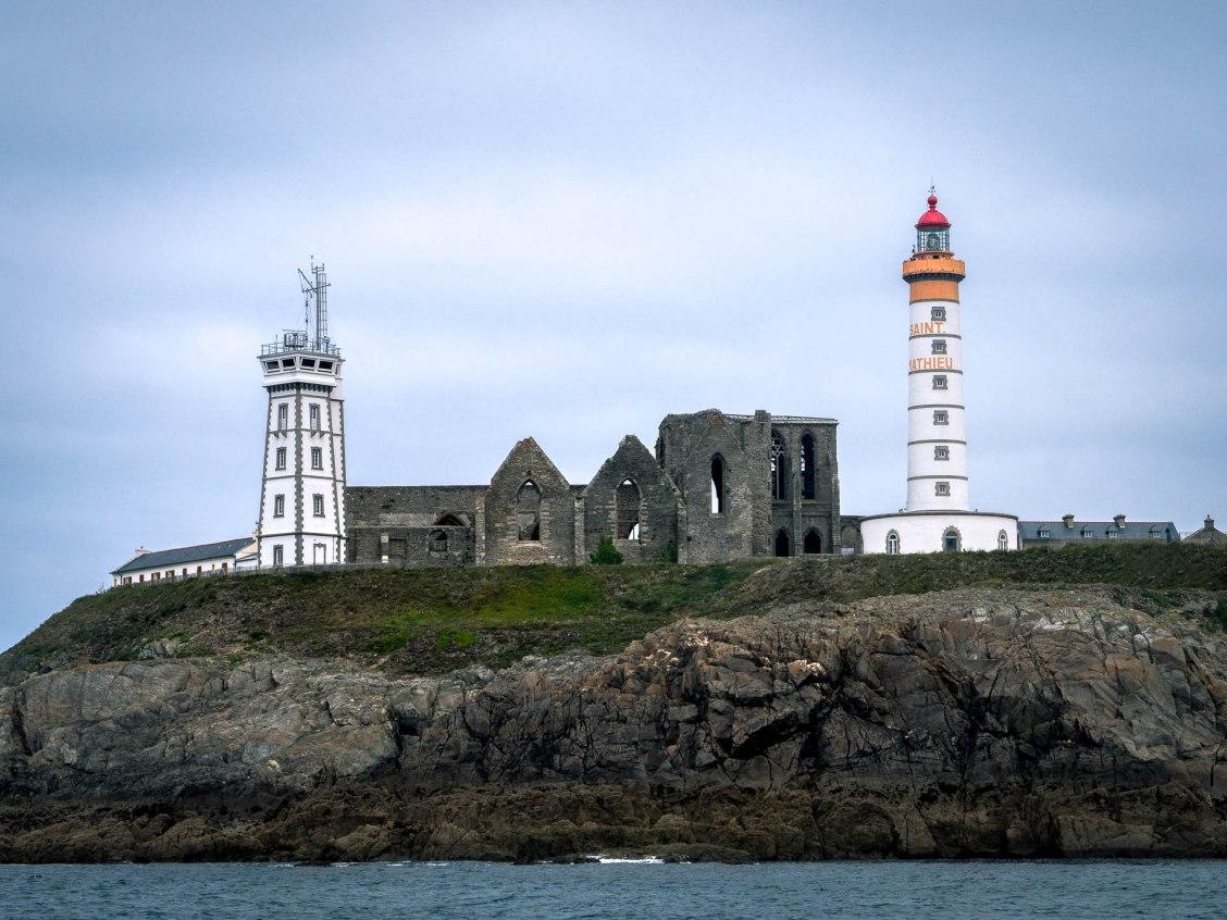 pointe saint mathieu vue de la mer abbaye et phare plougonvelin
