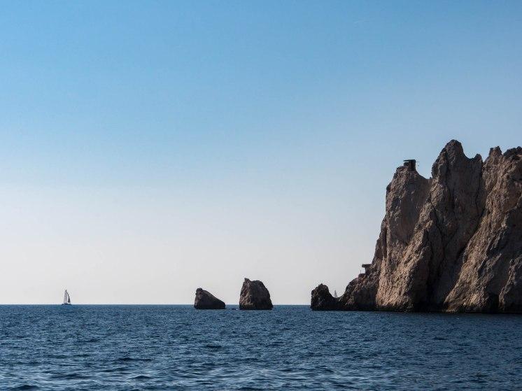Vue depuis le bateau sur les falaises - Marseille