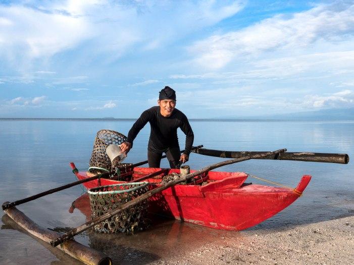 pêcheur d'oursin qui revient de sa pêche