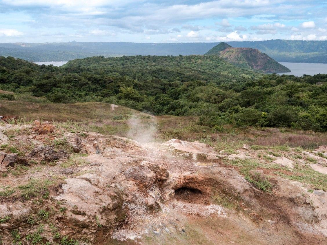 Volcan taal et son lac près de Tagaytay aux Philippines. Fumerolles