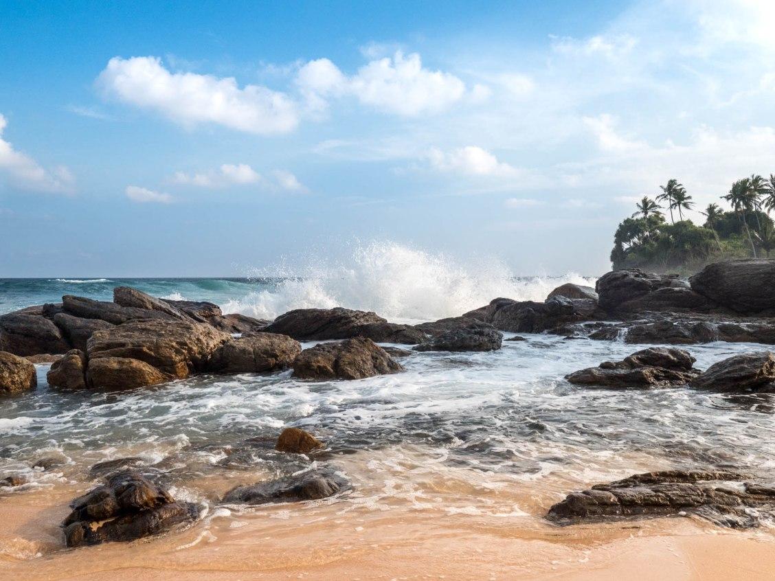 Tangalle silent beach rocher