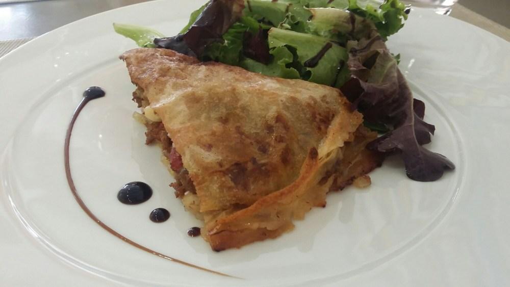 Pastilla de boeuf aux oignons et tomates confites, mesclun.