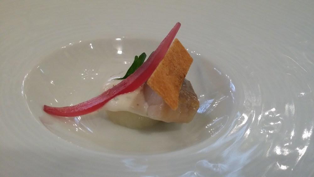 Mise en bouche (suite): un Maatje (jeune hareng) , pomme de terre, sauce vinaigrée, échalote,...