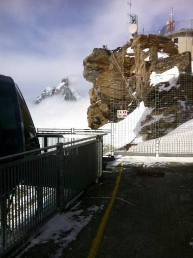 Un pied en Italie...un pied en Suisse.