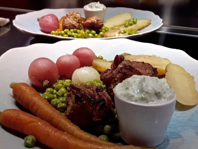 Agneau aux épices braisé. Poêlée de légumes du jardin. Sauce TzaTzíki.